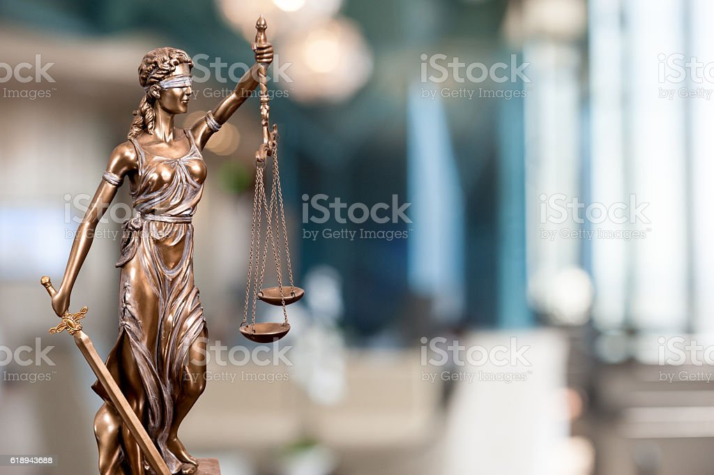 Statue Of Lady Justice In An Office - foto de acervo