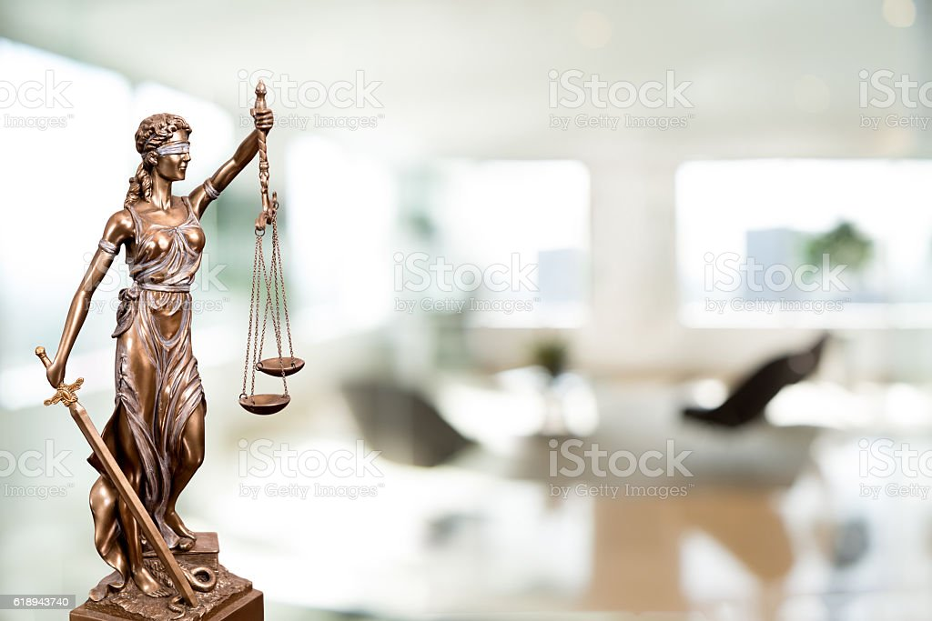 Statue Of Lady Justice In An Office Lizenzfreies stock-foto