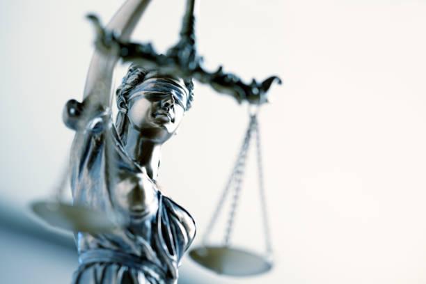 동상 앞 밝은 색된 배경에서 레이디 정의의 - 정의 뉴스 사진 이미지