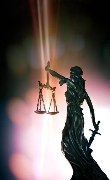 staty av lady justice - låg vinkel visa med bokeh bakgrund. - justitia bildbanksfoton och bilder