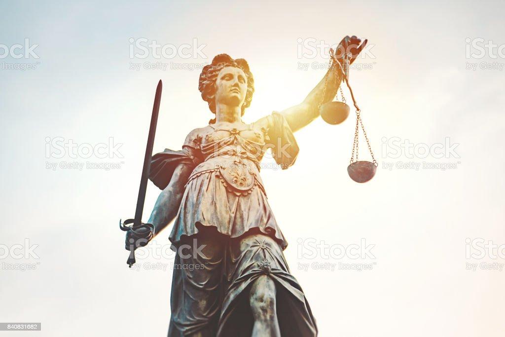 Estátua de Iustitia (Justitia) Römerberg, Frankfurt, Alemanha - foto de acervo