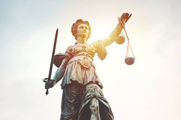 statue of lady justice (justitia) römerberg, frankfurt, germany - judgement stock pictures, royalty-free photos & images