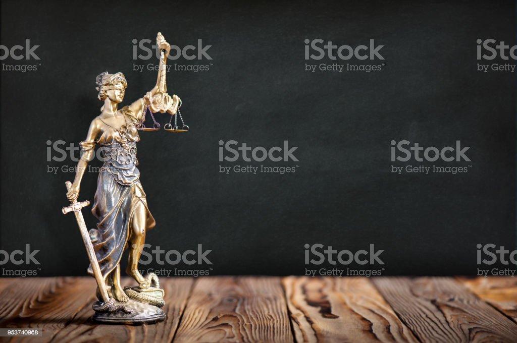 Statue der Justitia mit schwarzen Brett Hintergrund – Foto