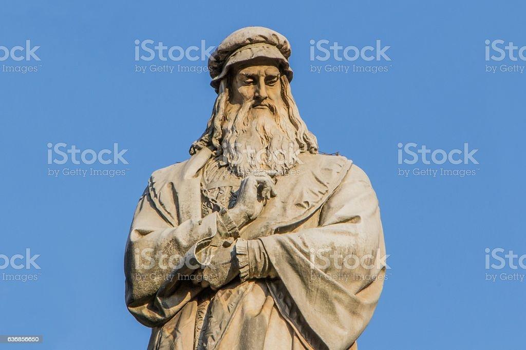 Statue of Leonardo da Vinci in MIlan foto