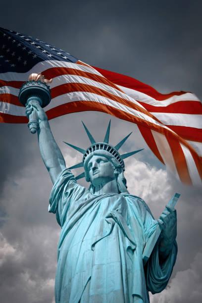 Freiheitsstatue und Flagge der USA – Foto