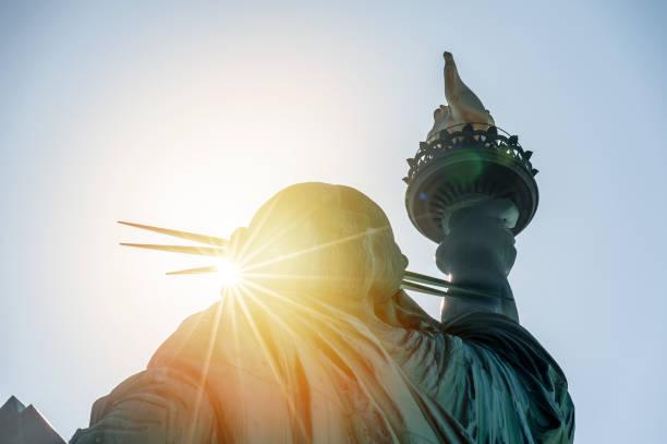 статуя свободы на закате - демократия стоковые фото и изображения