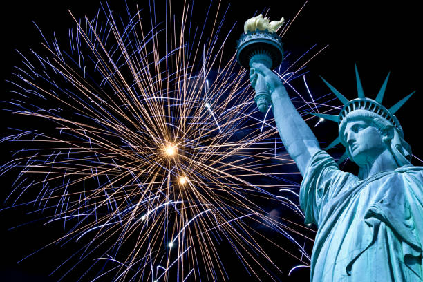 freiheitsstatue, nachthimmel mit feuerwerk, new york, usa - new york new year stock-fotos und bilder