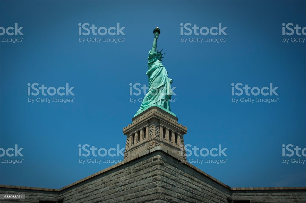 Statue of Liberty photograph with blue sky foto de stock royalty-free