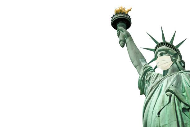 Freiheitsstatue trägt eine chirurgische Maske, die auf weißem Hintergrund isoliert ist. Neues Coronavirus, covid-19 in New York und USA Seuchenkrisenkonzept – Foto