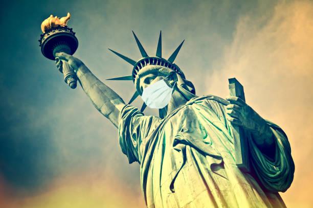 Freiheitsstatue trägt eine chirurgische Maske. Neues Coronavirus, covid-19 in New York und USA Seuchenkrisenkonzept – Foto