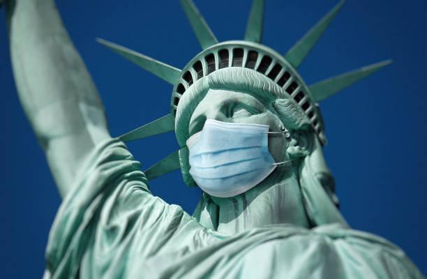 Freiheitsstatue mit medizinischer Maske – Foto