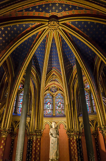 статуя луи ix в сент-шапель в париже, франция - st louis стоковые фото и изображения