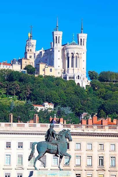 Statue de Louis XIV et la basilique - Photo