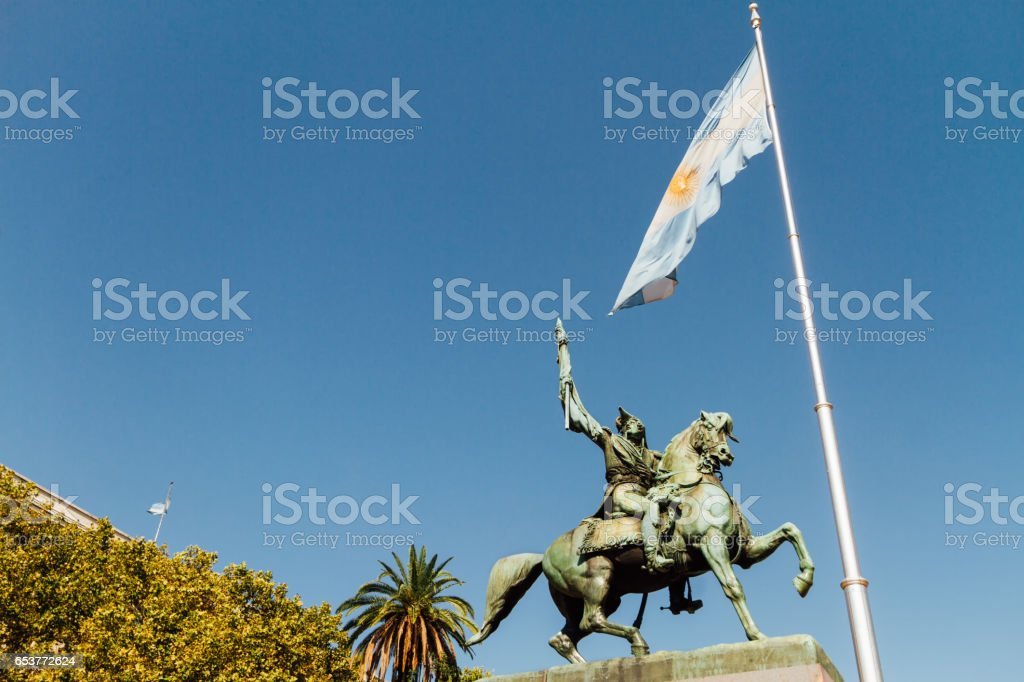Statue of Manuel Belgrano and Argentine flag - foto de acervo