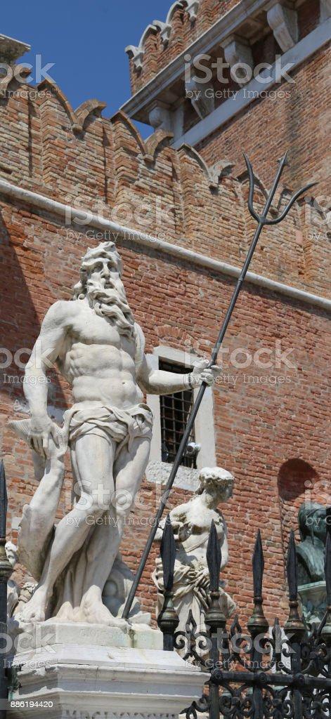 estátua de Neptuno com o tridente perto do edifício chamado rabo - foto de acervo