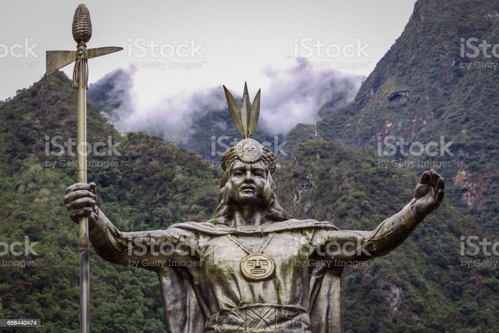Statue von Pachacútec, ein Inka Führer, Hintergrund Berge und Wolken, in Aguas Calientes, Ausgangspunkt nach Machu Picchu – Foto