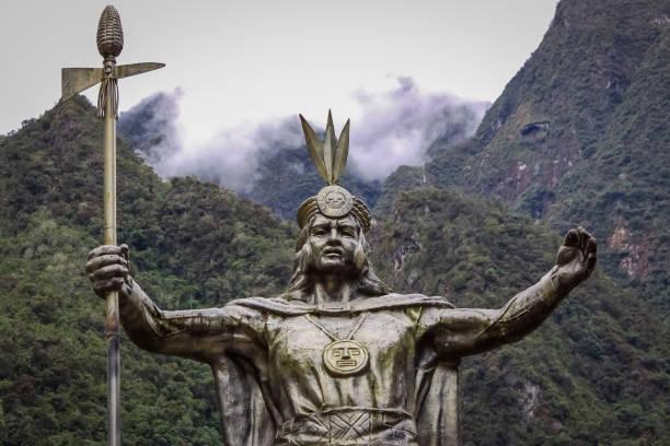 パチャクティ、インカ リーダー、背景の山々 と雲、マチュピチュへの出発点、アグアス ・ カリエンテスの像 - インカ ストックフォトと画像