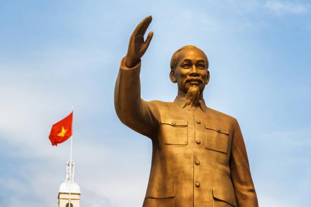 青い空を背景に大統領のホー ・ チ ・ ミンの銅像 - 共産主義 ストックフォトと画像