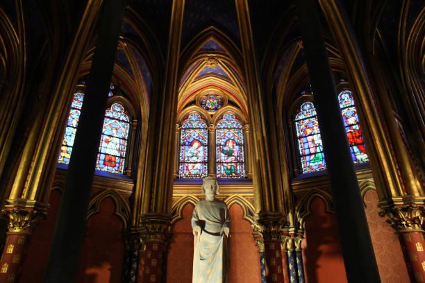statue of saint louis. the sainte-chapelle. paris. ile-de-france. france. europe. - st louis стоковые фото и изображения