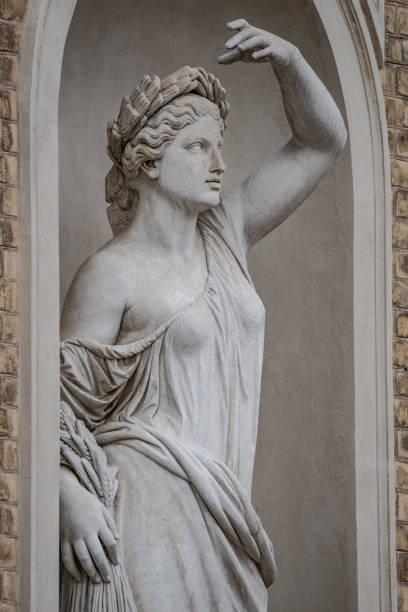 Statue der sinnlichen römischen Renaissance Frau in Zirkel der Lorbeerblätter, Potsdam, Deutschland, Details, Nahaufnahme – Foto
