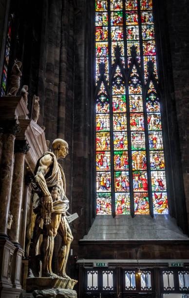 statue des hl. bartholomäus geschunden im mailänder dom - glasskulpturen stock-fotos und bilder
