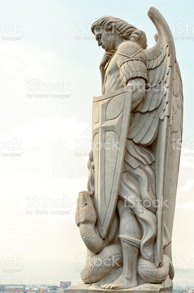 Statue des Erzengels Michael in der Nähe der Basilika von Guadalupe ich – Foto