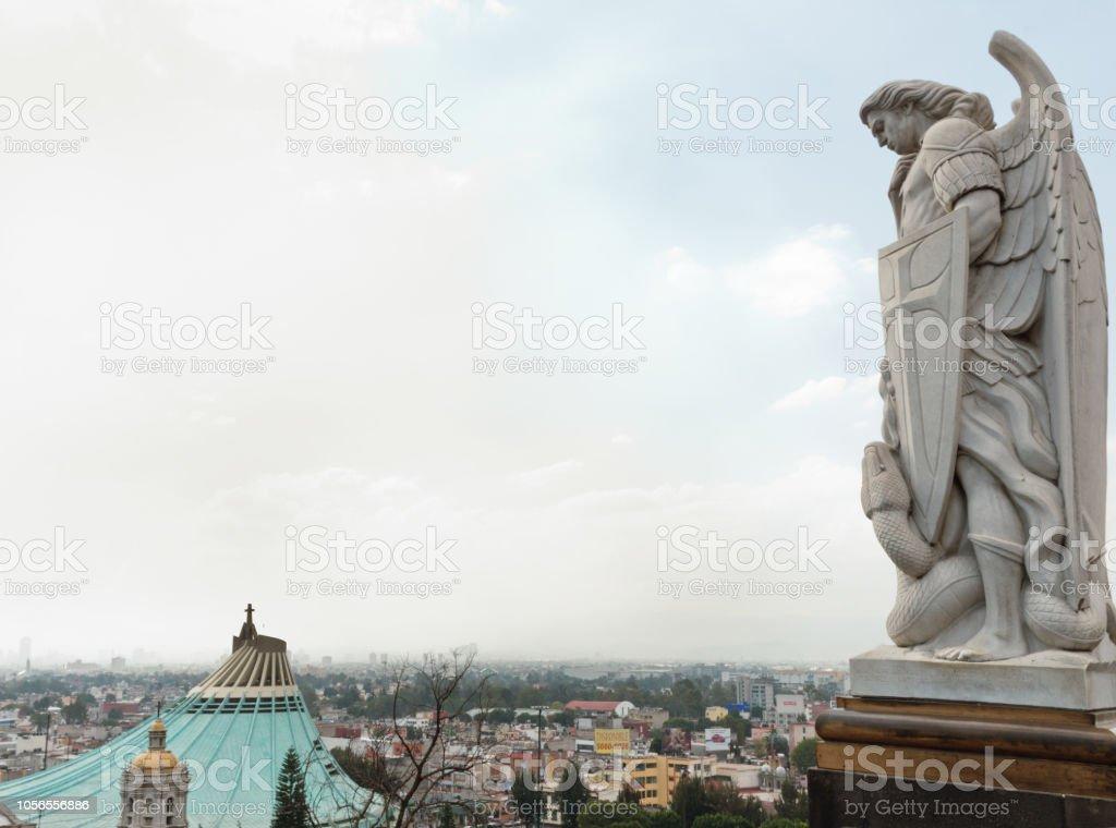 Statue des Erzengels Michael in der Nähe der Basilika von Guadalupe in Mexiko-Stadt – Foto