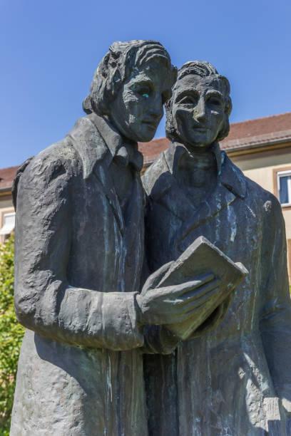 statue der brüder grimm in kassel, deutschland - die brüder grimm stock-fotos und bilder