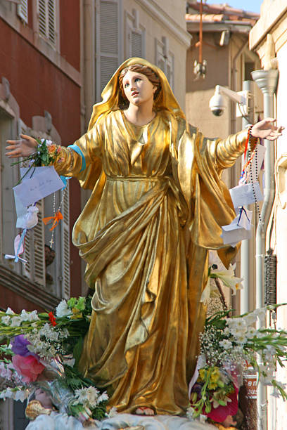statua della vergine maria, il presupposto processione di marsiglia, in francia. - ferragosto foto e immagini stock