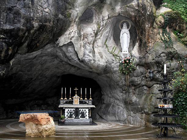 Statue der Heiligen Jungfrau Maria in den Grotten of Lourdes – Foto