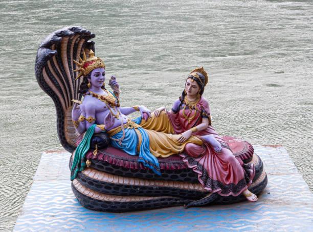 Statue von Vishnu und Lakshmi an der Küste von Ganges – Foto