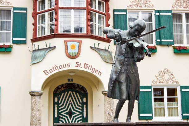 statue des jungen mozart vor rathaus in st. gilgen, österreich - salzburg stock-fotos und bilder