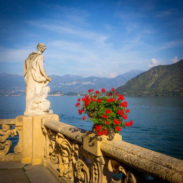 estátua sobre o lago como - lombardia - fotografias e filmes do acervo