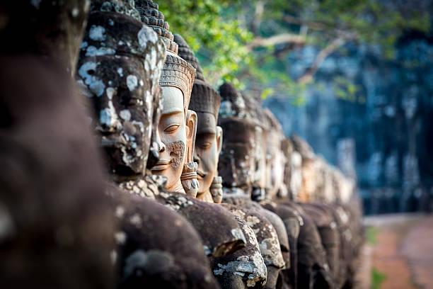 Statuen beim Südtor von Angkor Wat, Kambodscha – Foto