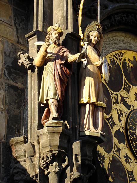 statues next to astronomical clock prague - fsachs78 stockfoto's en -beelden