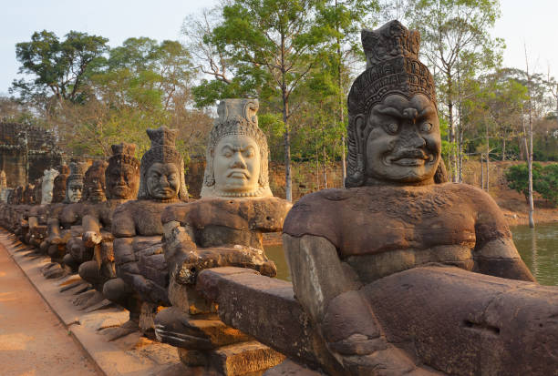 Statues of Devas on bridge to Angkor Thom – zdjęcie