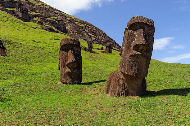 statuen auf isla de pascua.  nationalpark rapa nui.  easter island - osterinsel stock-fotos und bilder
