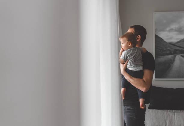 quedarse en casa el padre con su hijo - padre que se queda en casa fotografías e imágenes de stock