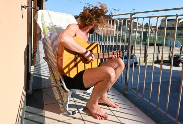 stay at home - singing on balcony - musicians singers during lockdown foto e immagini stock