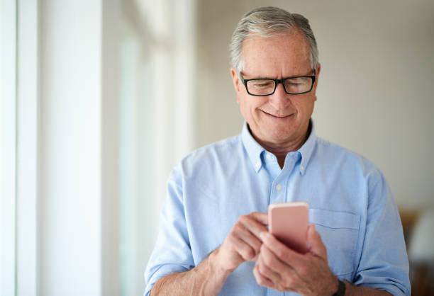 bağlı kalmak, işin içinde kal - sadece yaşlı bir adam stok fotoğraflar ve resimler