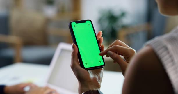 blijf in de lus met mobiele technologie - green screen stockfoto's en -beelden