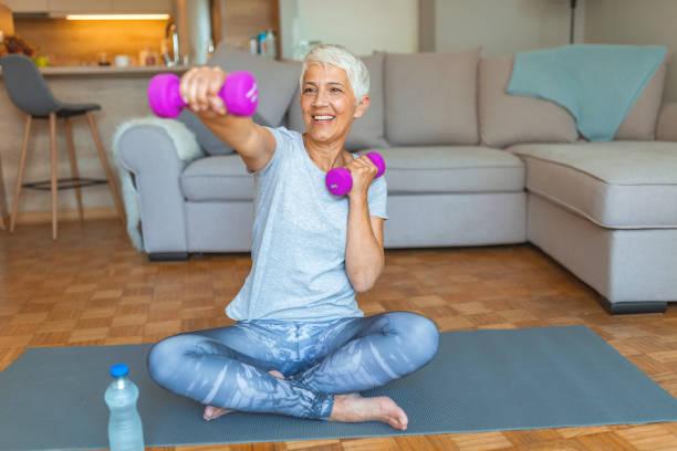 att hålla sig i form är ett sätt att åldras med nåd - tyngdlyftning bildbanksfoton och bilder