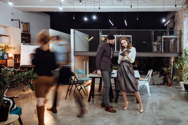 rester concentré dans une entreprise au rythme rapide - open space photos et images de collection
