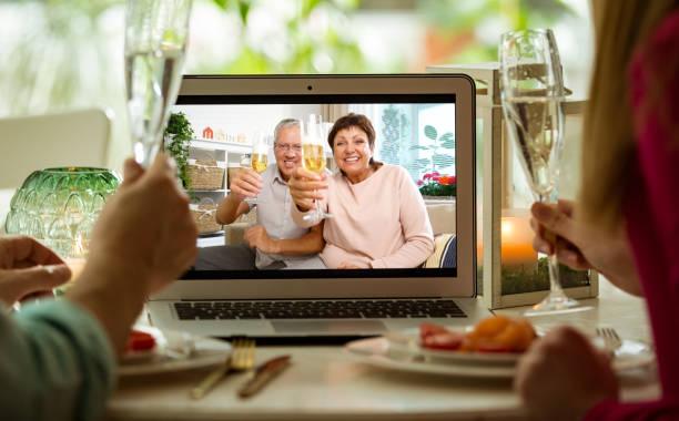 pobyt w domu, kwarantanny i społecznych zdystansowanie obchody imprezy. - kolacja spotkanie towarzyskie zdjęcia i obrazy z banku zdjęć