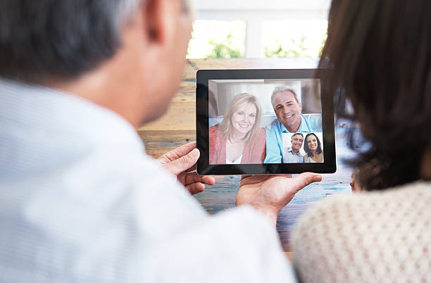 bleiben sie in verbindung - tablet mit displayinhalt stock-fotos und bilder
