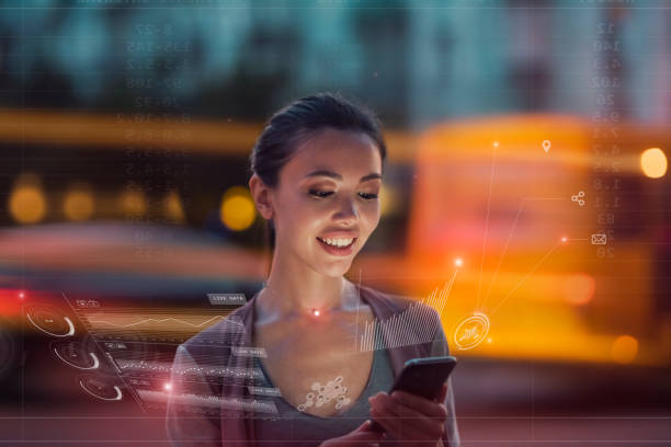 pozostawanie na bieżąco z technologią w szybko zmieniającym się świecie, koncepcja. młoda azjatka korzysta z innowacyjnej technologii przyszłości, aby przeglądać swoje dane telefonu i funkcje w holograficznym wyświetlaczu wokół niej - atmosfera wydarzenia zdjęcia i obrazy z banku zdjęć
