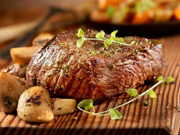 steak and mushrooms - sirloin stockfoto's en -beelden