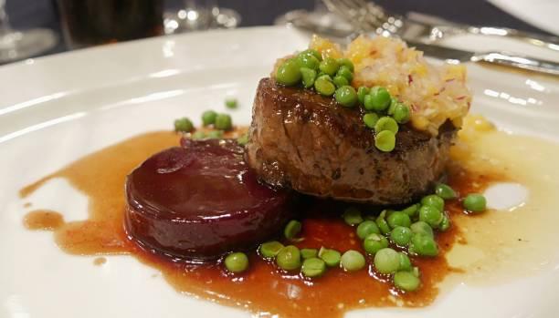 steak und erbsen - wie alt werden kühe stock-fotos und bilder