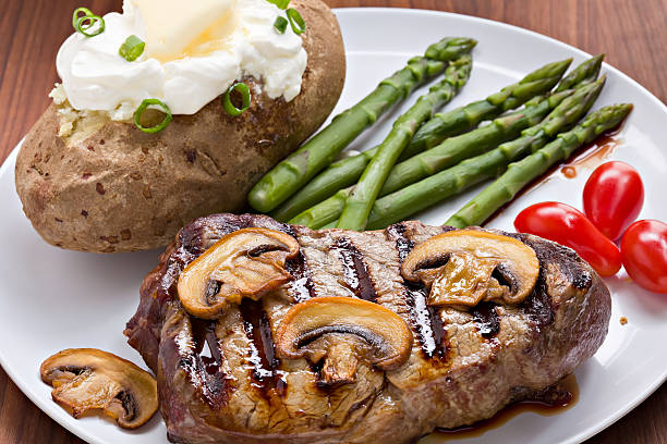 steak und kartoffeln abendessen - steak anbraten stock-fotos und bilder
