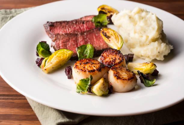 steak and seafood - steak anbraten stock-fotos und bilder